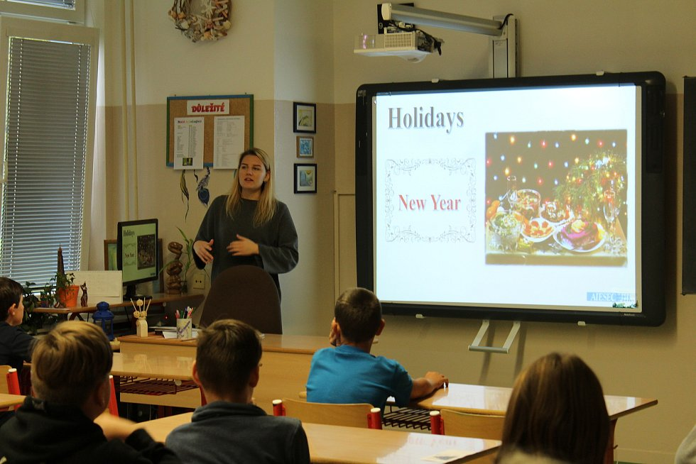 Projekt Edison spojuje mladé lidi odlišných kultur a národností. Žáky právě vyučuje stážistka z Ruska.