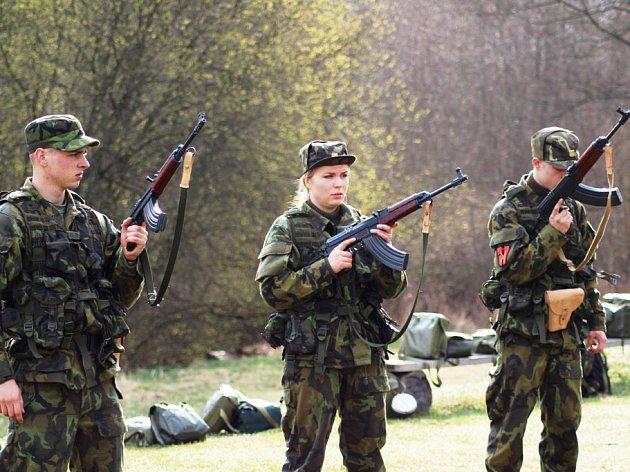 Pět žen z aktivních záloh se spolu s mužskými kolegy účastní  do příští středy výcviku v boletickém vojenském prostoru, který se koná dvakrát ročně.