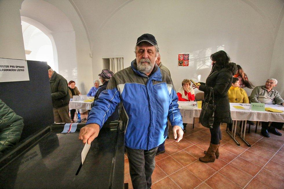 """V Borovanech se volilo v klášteře. Hned od  druhé hodiny, kdy volby začaly, se společné dveře prvního a druhého volebního okrsku v Brovanech """"netrhly""""."""