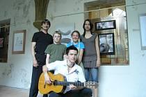 Pedagog Pavel Steffal se svými žáky, kteří zabodovali ve Zlivské kytaře.