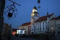 Třeboňská radnice vypsala anonymní anketu pro obchodníky, zda je pro ně ekonomicky výnosnější Anifilm, nebo AniFest. Vedení Anifilmu (na snímku třeboňské náměstí při letošních projekcích) anketu kritizuje, že jako anonymní má nulovou výpovědní hodnotu.