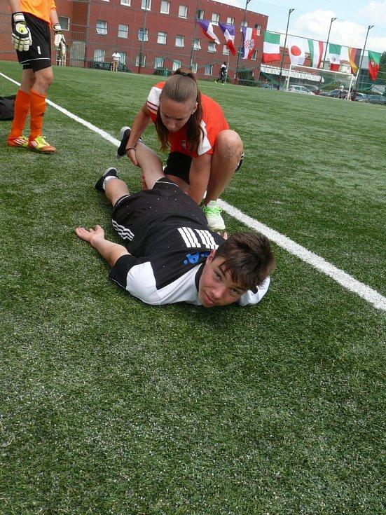 Jana Chylíka brzdí zraněná záda, na snímku v péči plzeňské fyzioterapeutky