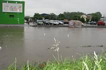 Parkoviště u obchodního domu Terno připomínalo jezero.