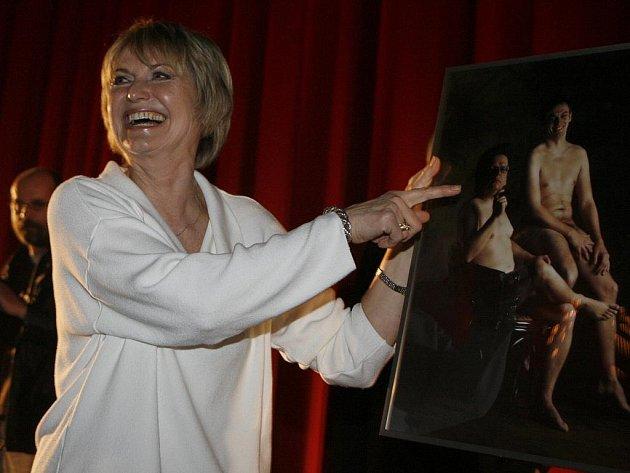 """Balzerová pro film také nafotila akt. Na nedělní premiéře dostala originální dárek – akt od mužských kolegů ze štábu. Režisér Jiří Vejdělek řekl, že když se ona svlékla pro film, oni se svlékli pro ní. """"Na tenhle film tedy rozhodně nezapomenu,"""" reagovala"""