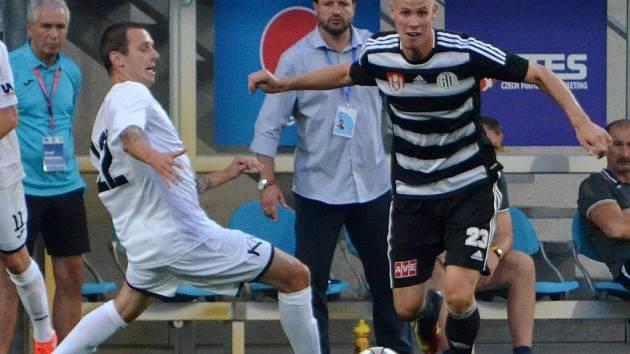 Adrian Čermák v zápase Dynama s Ústím (2:1) uniká hostujícímu Jiřímu Miskovičovi.