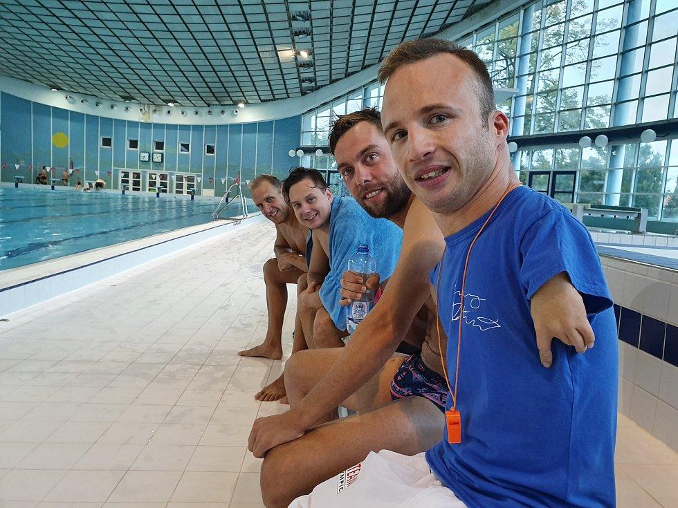 Arnošt Petráček se osobně zapojil do akce Plaveme pro Arnyho.