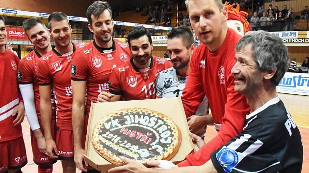 Po prvním domácím zápase v sezoně dostali hráči od svého věrného fanouška upečený dort.