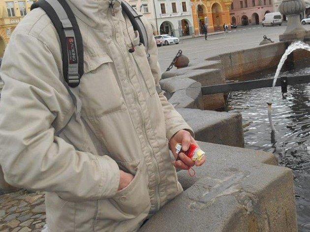 Rozmrzlá Samsonova kašna na náměstí Přemysla Otakara II. v Českých Budějovicích přilákala hledače mincí, kteří drobné loví za pomoci provázku s magnetem na konci.