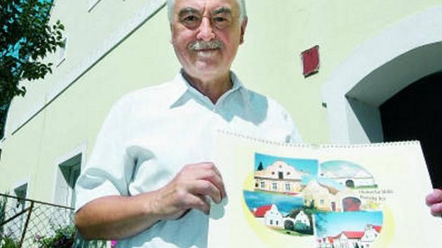 ZVĚČNÉLÉ SELSKÉ BAROKO. Petr Luniaczek před domem číslo 7 v Opatovících, který se  stal jedním z objektů pro právě vydaný kalendář jihočeské lidové architektury.