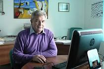 Bohuslav Mrázek při sledování volebních výsledků v sídle okresního výboru KSČM v Českých Budějovicích v Čéčově ulici.