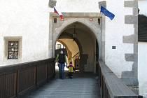 Novohradský hrad je průchozí. Na rozdíl od většiny ostatních má dvě brány, protože zemská stezka procházela přímo hradem.