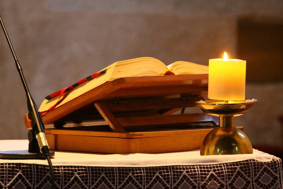 Prachatický kaplan Rafael Maca, pocházející z Polska, slouží jednu z prvních jihočeských mší po karanténě v jednom z nejstarších jihočeských kostelů sv. Petra a Pavla ve Starých Prachaticích.