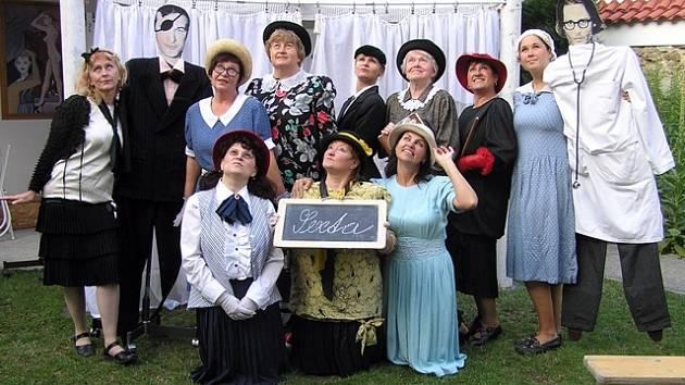 SEXTÁNKY. Hned první představení amatérských hereček z Homolí mělo obrovský úspěch. Hrálo se na mezinárodní přehlídce Jiráskův Hronov a má za sebou téměř sto repríz po celé republice.