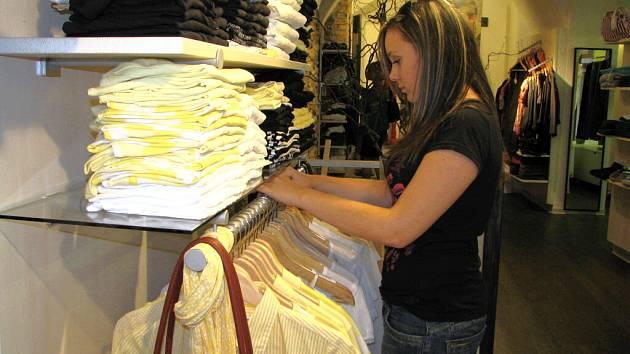 Zájem o zboží se slevou je veliký. Prodavačka Linda na našem snímku rovná prořídlé řady ramínek.