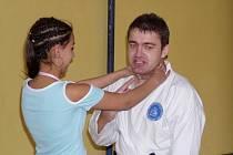 Českobudějovický strážník Bohumil Baran vyučuje školáky, jak se ubránit přepadení.