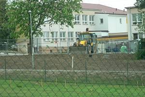 U školy v Dubném vzniklo nové parkoviště.