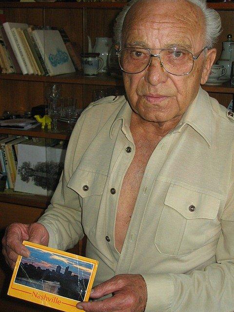 Miloslav Smrž s pohledem od Víta Hrubína, který emigroval do USA.