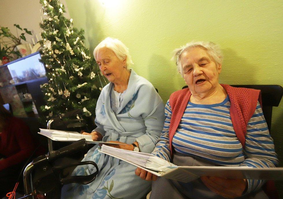 Důchodci v Domě seniorů v českobudějovické Nerudově ulici zpívají koledy