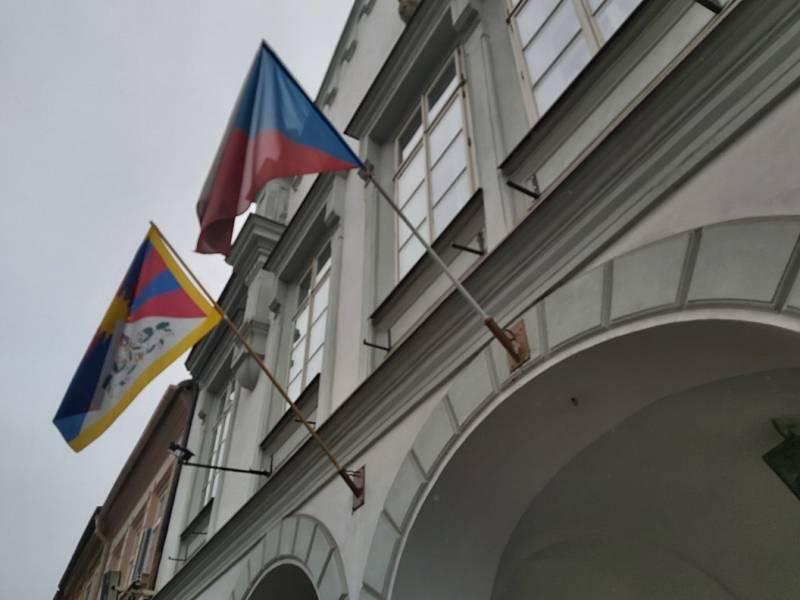 Vlajky pro Tibet zavlály i v jižních Čechách. Radnice v Trhových Svinech. Foto: Hana Korčaková