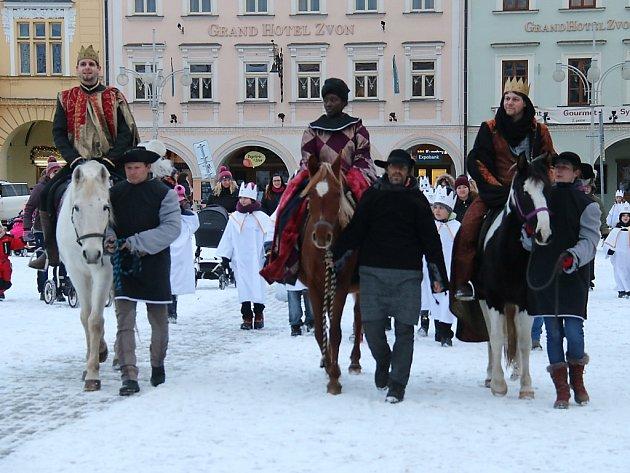 Tři králové na koních v doprovodu skupin koledníků přijeli na českobudějovické náměstí. Symbolicky tak odstartovali letošní ročník Tříkrálové sbírky.
