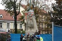Ve středu do parku Na Sadech přicestovala socha zakladatele města.