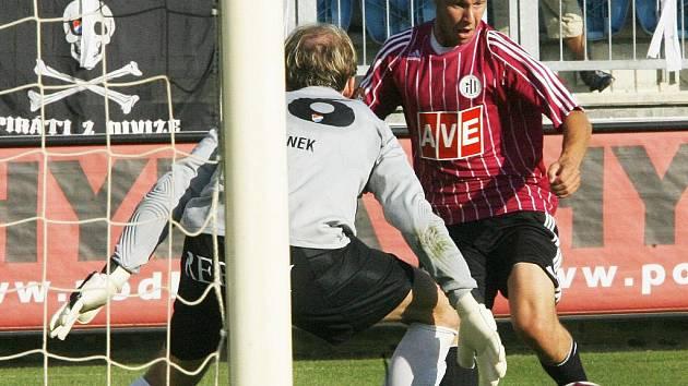 Tomáš Stráský dal na podzim proti baníku první gól, nakonec ale dynamo podlehlo 1:2 (na snímku je Stráský před brankářem Barankem).