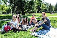 Instruktorka letního příměstského tábora Jitka Hotová odpočívá se svou skupinkou na Sokoláku.