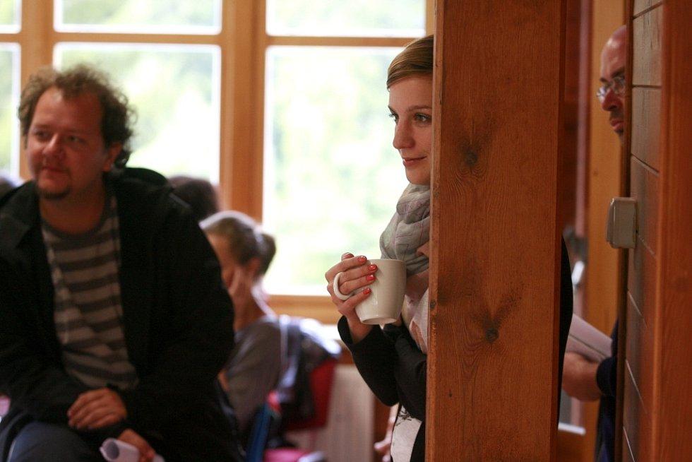 Mladí filmaři ladí v Poněšicích u Hluboké scénáře snímků o manželce Husáka či krimithriller. Pomáhá i herečka Petra Nesvačilová.