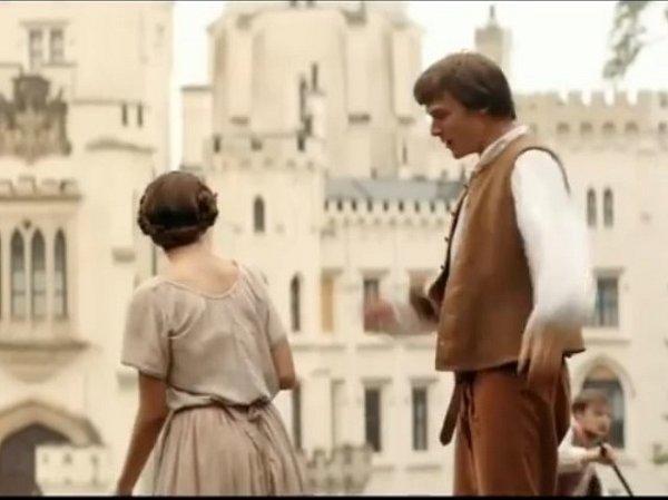 """Jeden zbratrů (Vojtěch Dyk) """"testuje"""" před zámkem možnou nevěstu, zda umí správně hrabat seno."""