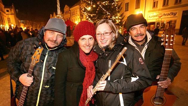Folková skupina Jen tak tak z Jindřichova Hradce byla tři týdny na turné v Mexiku. Na snímku ze sobotního koncertu na náměstí v Třeboni, zleva Miloslav Vokáč, Klára Šimková, Nela Mládková a Pavel Jarčevský.