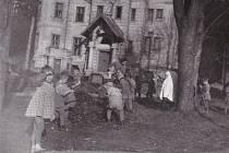 Děti pomáhají na zahradě před Hubatkovou vilou, 1957.