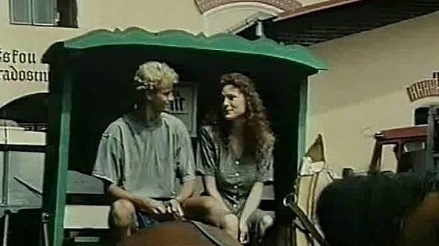 Markéta Hrubešová sedí na kozlíku vozu v Divokém pivu.