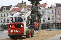 Přípravou provizorní panelové příjezdové cesty přes historickou dlažbu začala ve středu částečná rekonstrukce Samsonovy kašny.
