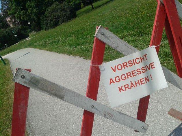 Varování by mělo zaručit vránám klid.