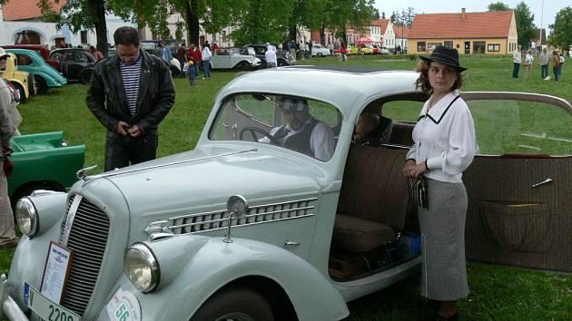 Opravdoví zarytí veteránisté přijíždějí na soutěž historických vozidel Křivonoska nejen s perfektně nablýskanými automobily či motocykly, ale také nezapomenou na šaty, které se v té době opravdu nosily.
