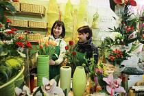 Alena Kůrková a Magdalena Chvalová připravují květiny na Den svatého Valentýna.