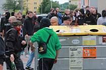Protestní akce proti Romům se zvrtla v pouliční válku mezi demonstranty a policií.