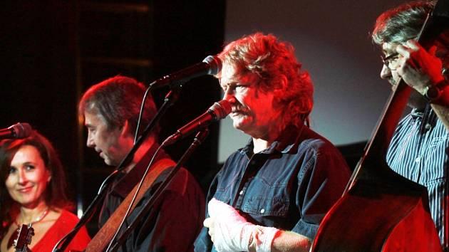Vyprodaný sál měla ve středu folková skupina Nezmaři, která v českobudějovickém DK Metropol oslavila 35 let hraní. Za Pavla Zajíce, jenž si zranil ruku, zaskočil kytarista Pavel Malina.