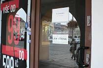 Na obchodech v centru Českých Budějovic se stále častěji objevuje nápis: K pronájmu.
