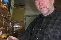 Jihočeské muzeum se může pochlubit jednou z největších sbírek vltavínů v republice. Stará se o ni  geolog Petr Rajlich.