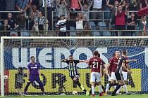 Ivan Schranz (druhý zleva) z Českých Budějovic se raduje z gólu. Vlevo brankář Sparty Florin Nita.