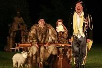 Shakespearovou komedií Jak se vám líbí zahájilo 9. června Jihočeské divadlo sezonu před otáčivým hledištěm v Českém Krumlově. Na snímku zleva Jiří Šesták (Korin), Teresa Branna (Célie) a Martin Hruška (Šašek).
