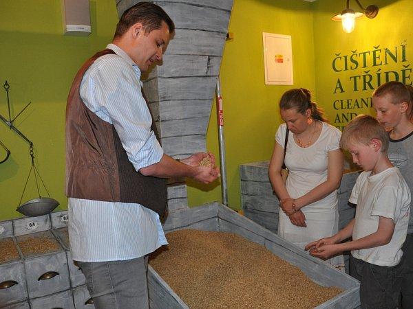 Vpísecké Galerii Sladovna otevřeli 16.května novou stálou expozici osladovnictví. Přibližuje výrobu sladu pro pivovary. Na snímku lektor Tomáš Novotný.