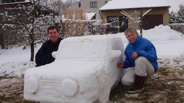 Letošní Velikonoce si užili manželé Petrášovi z Ledenic zcela netradičně. Místo klasického pletení pomlázek a barvení vajec si na zahradě postavili auto ze sněhu. Autíčko vyrobili pro sněhového Krtečka.