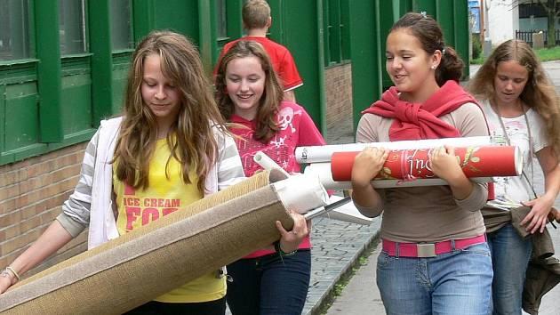 Studentky stěhují českobudějovické Gymnázium olympijských nadějí z Kubatovy ulice.