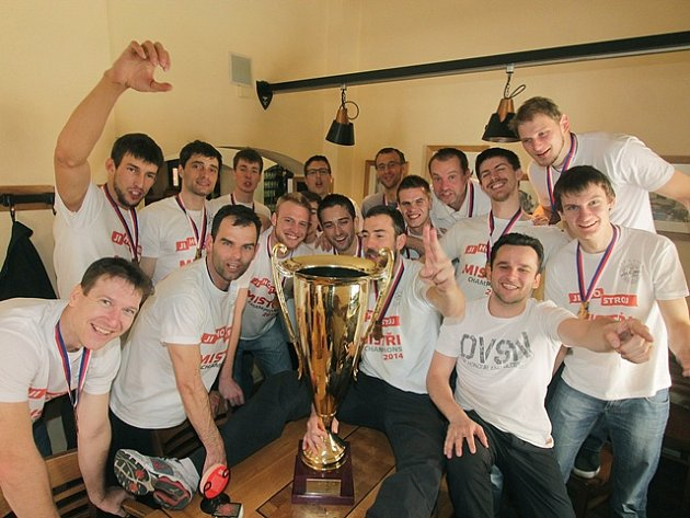 Vítězství v pátém finálovém utkání volejbalové extraligy nad Duklou Liberec odstartovalo v dubnu bujaré oslavy už osmého mistrovského titulu pro VK Jihostroj České Budějovice. Tým navíc postoupil do Ligy mistrů.