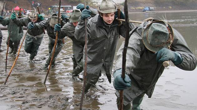 V pátek začali rybáři s výlovem největšího českého rybníka Rožmberku. Do neděle z něj vyloví asi sto tun ryb.