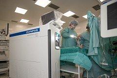 Nový holmiový laser, vůbec první svého druhu v Evropě, slouží pacientům urologického oddělení českobudějovické nemocnice.
