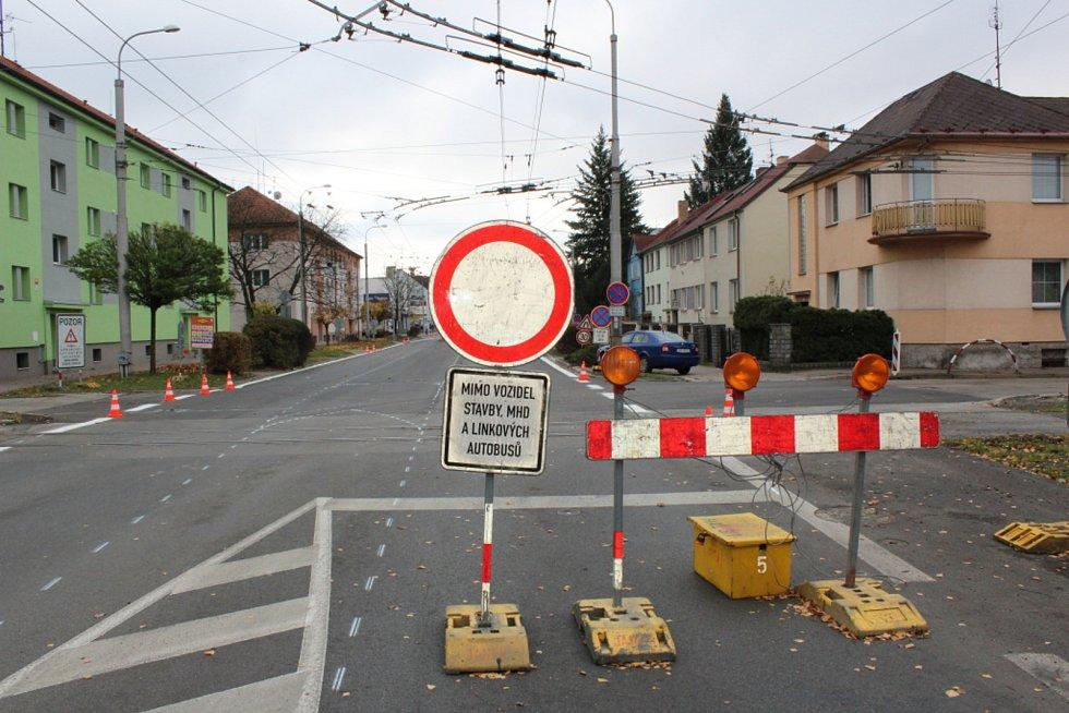 Práce na rekonstrukci českobudějovické Lidické třídy finišují. O víkendu je ale pro průjezd uzavřena.