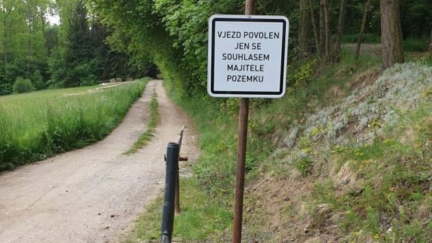 Překážku nahlásil boršovský starosta na policii.